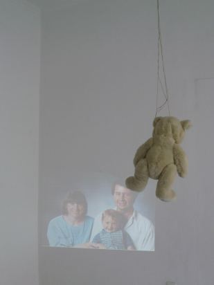 'Teddy says Goodbye' | Mädchenzeit I (2010/11) Installation, Photographie