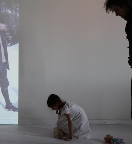'Auf die Knie'   Mädchenzeit II (2013) Photographie